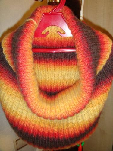 Воротник-хомут связан спицами из меланжевой полушерстяной пряжи.